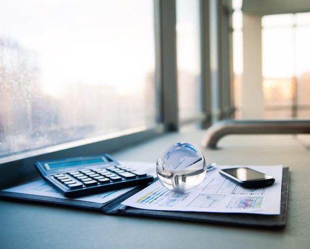 Geschäft der finanzanalyse der geldbörse aus leder am arbeitsplatz mit kredit- und rabattkarten