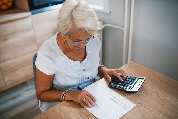 Geschäft, einsparungen, annuitätsversicherung, alter und leutekonzept - ältere frau mit papieren oder