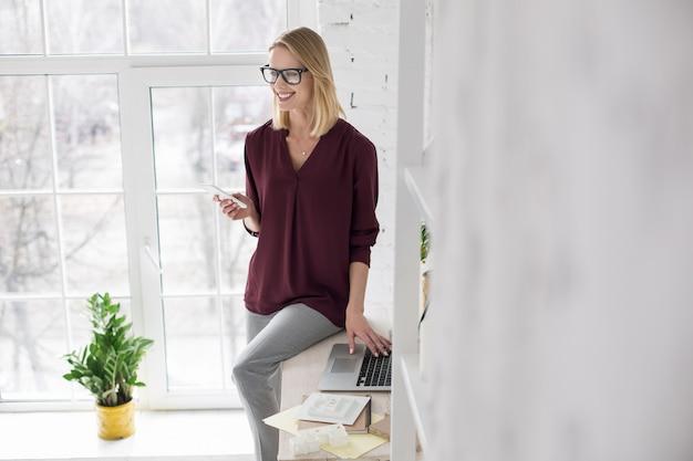 Geschäft. frohe fröhliche geschäftsfrau mit laptop und kommunikation am telefon