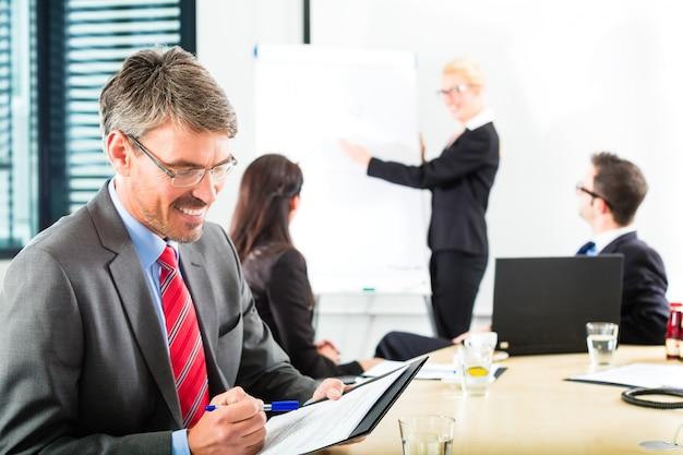 Geschäft, geschäftsleute haben teambesprechung