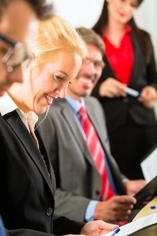 Geschäft, geschäftsleute, treffen und präsentation im büro