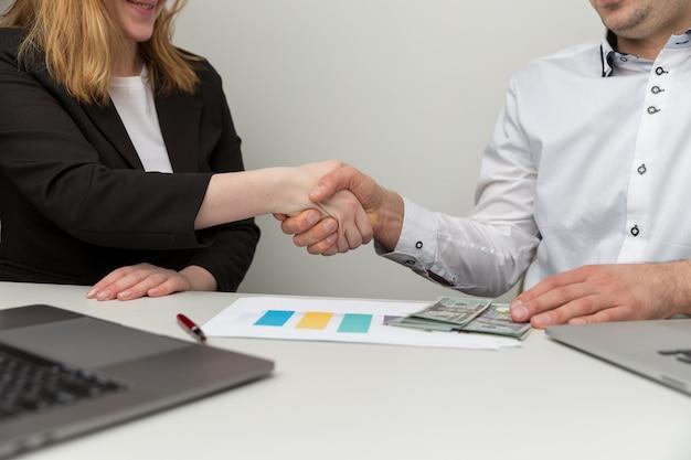 Geschäft im büro. handelsvereinbarung mit erörterung von details.