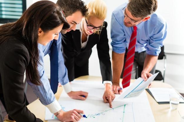 Geschäft, leute im büro, das als team arbeitet