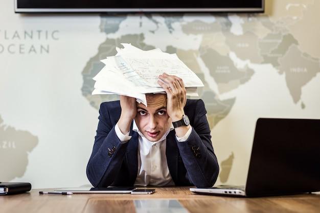 Geschäft, menschen, stress, emotionen und scheitern konzept - wütender geschäftsmann, der papiere ins amt wirft