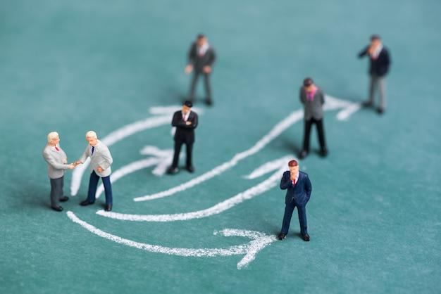 Geschäft miniatur menschen schütteln die hand mit pfeil linie link verbindung beziehung zu einem anderen menschen