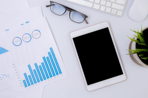 Geschäft mit tablette und grafik des finanzberichts.