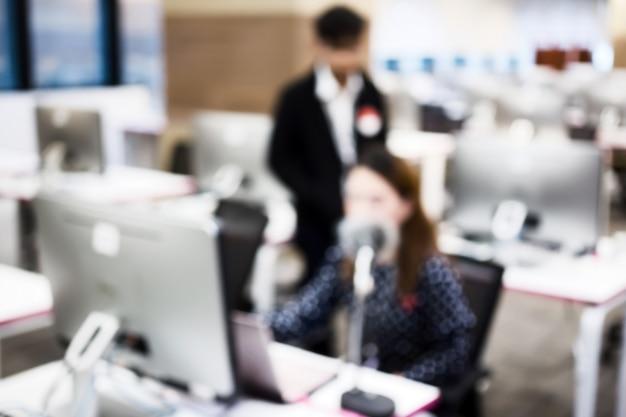 Geschäft, softwareentwickler, der an computer im modernen büro arbeitet