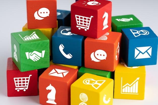 Geschäft & strategie auf buntem puzzlewürfel