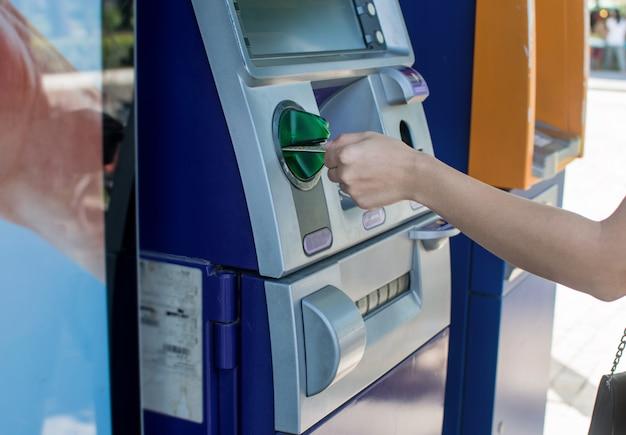 Geschäft, welches die überweisungszahlung hält eine kreditkarte überprüft