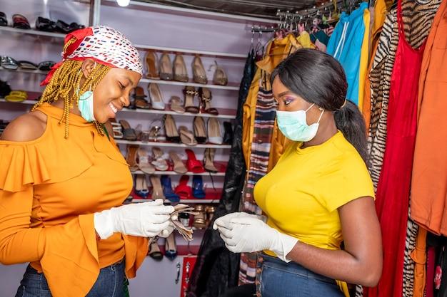 Geschäfte werden von menschen getätigt, die gesichtsmasken und handschuhe tragen