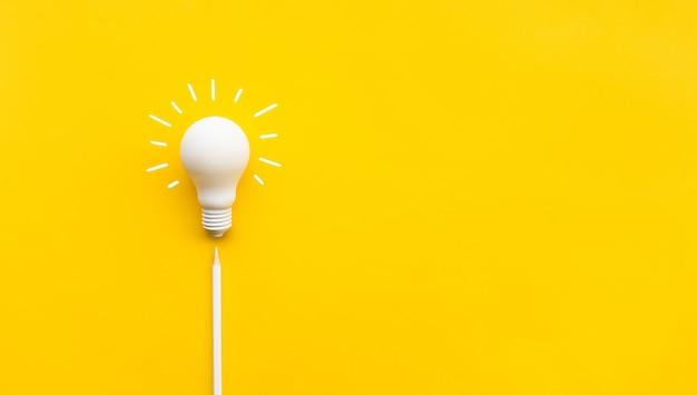 Geschäftliche kreativität und inspiration flach mit glühbirne und bleistift auf gelb liegen