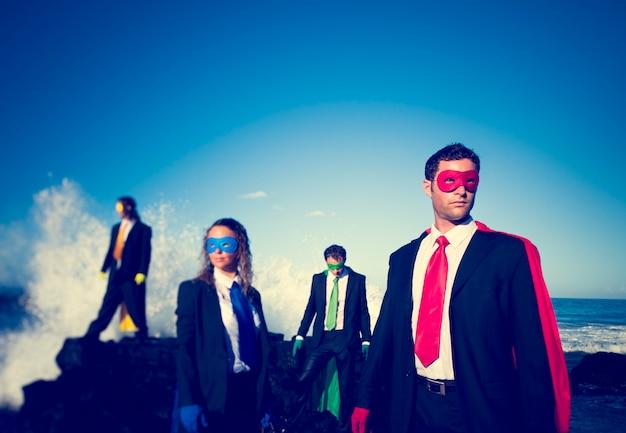 Geschäftliche superhelden am strand.