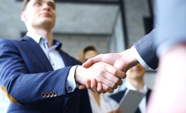 Geschäftlicher händedruck. geschäftsleute, die hände schütteln, ein meeting beenden