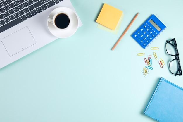 Geschäftliches hintergrundkonzept. nahaufnahme von kaffeetasse, notizblock, tastatur und maus auf holztisch.