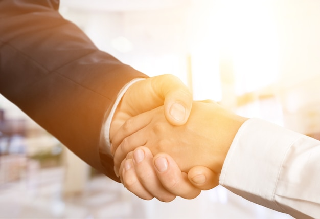 Geschäftliches vertrauensengagement, das geschäftspartner halten