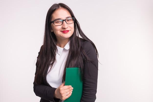 Geschäfts-, arbeits- und personenkonzept. asiatische junge frau, die einen ordner hält.