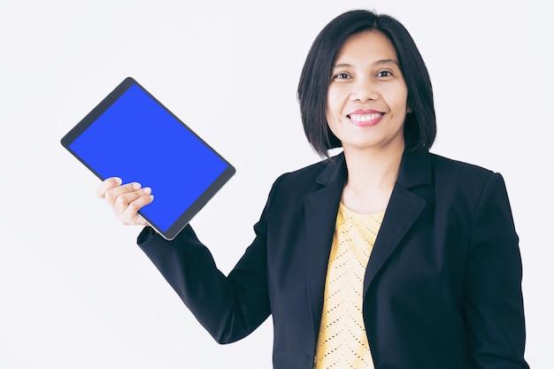 Geschäfts-asiatin-bürovorsteher holding tablet smiling und glücklich