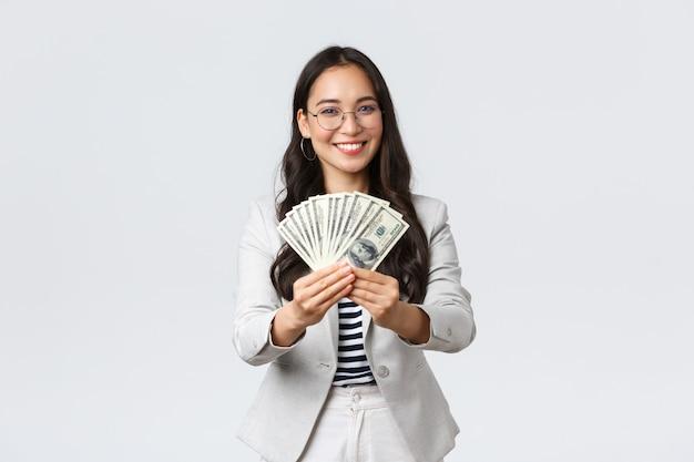 Geschäfts-, finanz- und beschäftigungs-, unternehmer- und geldkonzept. geschäftsfrau, die ihnen bargeld gibt, schlägt gute arbeit mit stabilem großen einkommen vor, lächelt und lädt zu einem job in ihrer firma ein