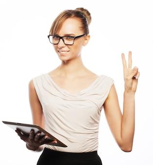 Geschäfts-, finanz- und personenkonzept: junge geschäftsfrau mit brille, die an tablet arbeitet