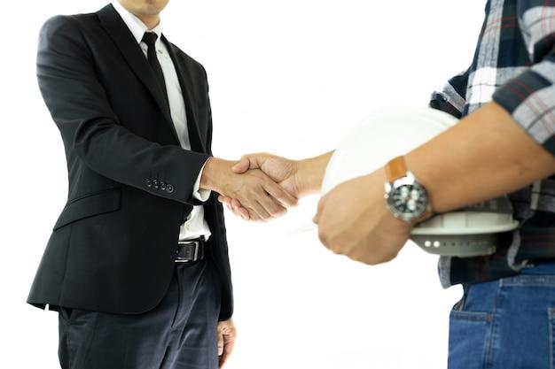 Geschäfts-geschäftsmann- und ingenieurhand, die hand rüttelt erfolgreiches abkommen herein lokalisiert.
