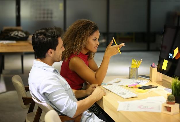 Geschäfts-kollegen, die am schreibtisch im büro arbeiten