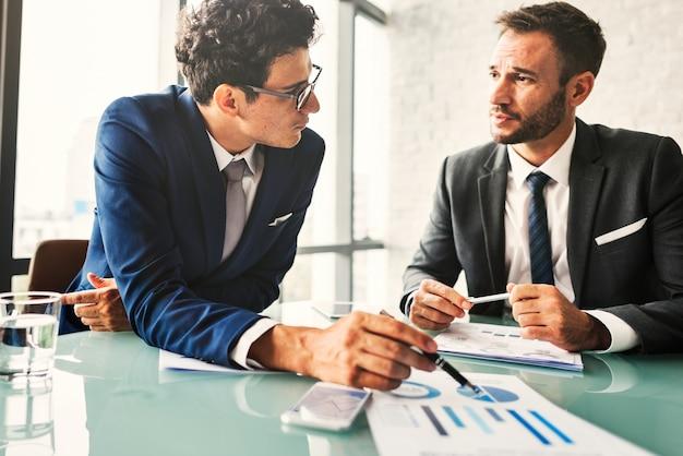 Geschäfts-kollegen, die schreibarbeits-konzept treffen