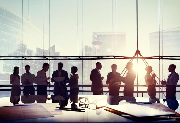 Geschäfts-leute-konferenz-sitzungs-sitzungszimmer, das gesprächs-konzept bearbeitet