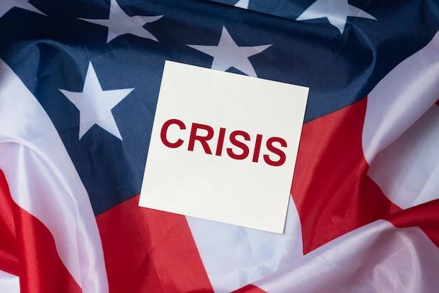 Geschäfts- oder politische krise in den usa. inschrift über finanzielles problem und wirtschaftlichen niedergang. amerikanische flagge.