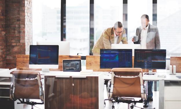 Geschäfts-team-beschäftigter arbeitender arbeitsplatz cocnept