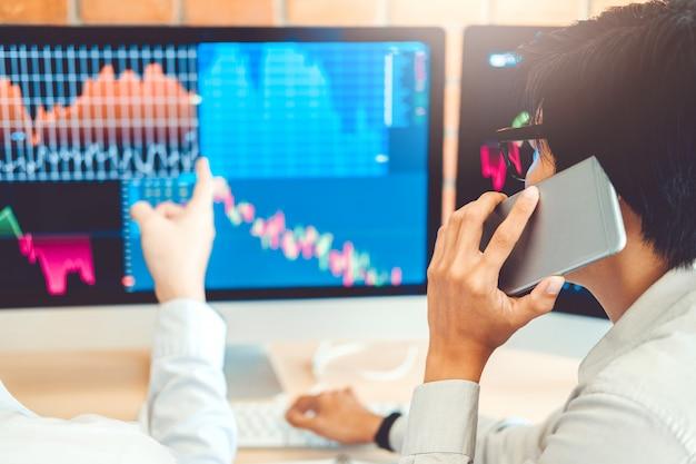 Geschäfts-team, das aktienaktien on-line handelt investment, das börse börse bespricht und analysiert