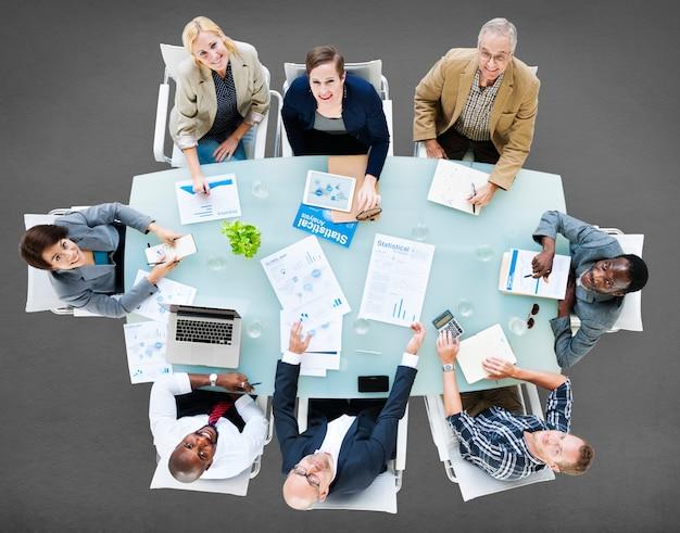 Geschäfts-team discussion meeting, das konzept analysiert