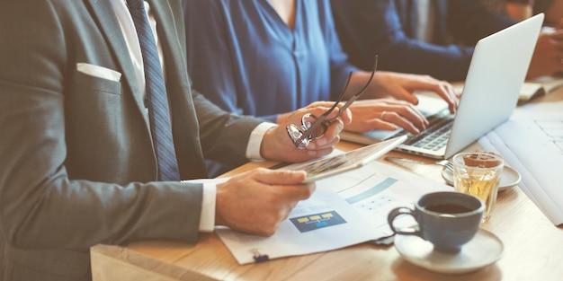 Geschäfts-team-meeting-strategie-marketing-café-konzept