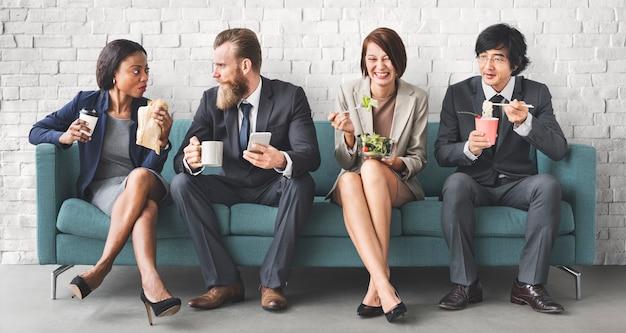 Geschäfts-team work break, das mittagessen-konzept isst
