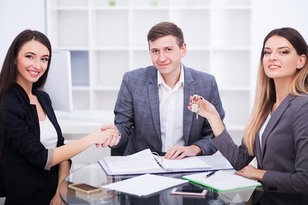 Geschäfts- und bürokonzept - glückliches geschäftsteam im büro