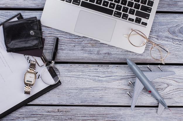 Geschäfts- und finanzzubehör auf holz. draufsicht flach. laptop mit zwischenablage und kopienraum.