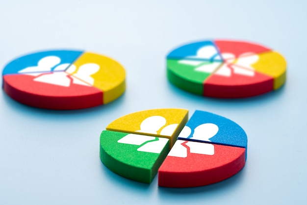 Geschäfts- und hr-symbol auf bunten puzzle