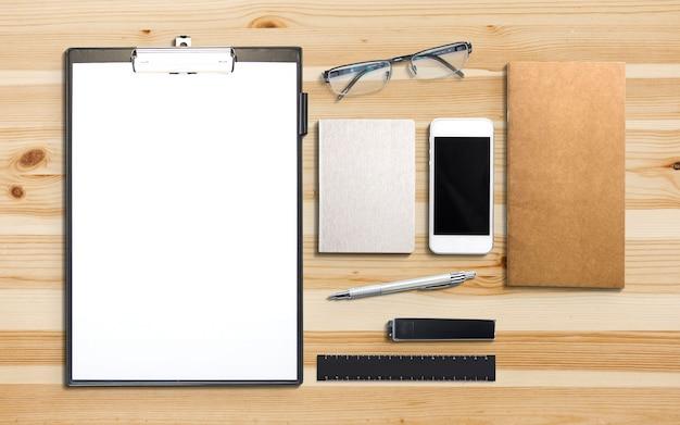 Geschäfts- und marketingelemente auf holzschreibtisch