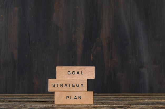 Geschäfts- und marketingkonzept mit holzklötzen auf holztischseitenansicht.
