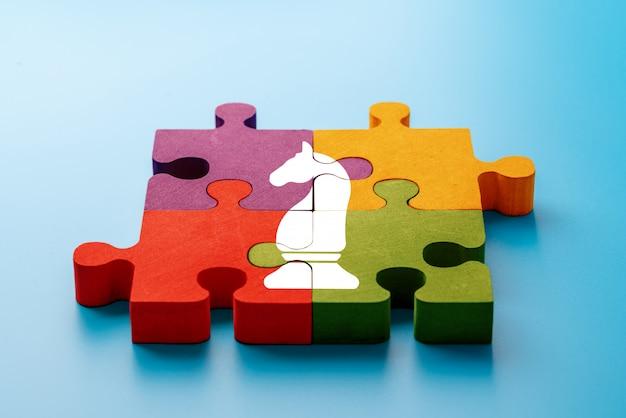 Geschäfts- und strategieikone auf buntem puzzle