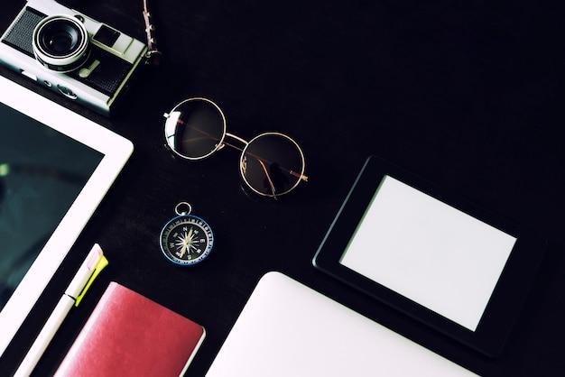 Geschäfts- und technologiegerät auf schwarzer tabelle mit raum der freien kopie.