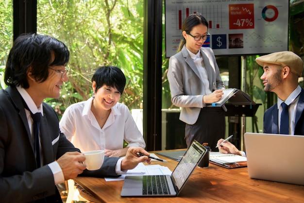 Geschäfts-unternehmensleute, die konzept bearbeiten