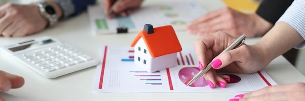 Geschäftsagenten diskutieren immobilienverkaufsstatistik closeup