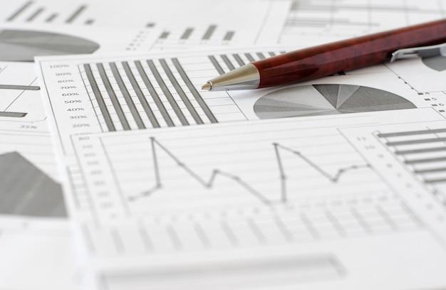 Geschäftsanalysen, grafiken und diagramme. eine schematische zeichnung auf pa
