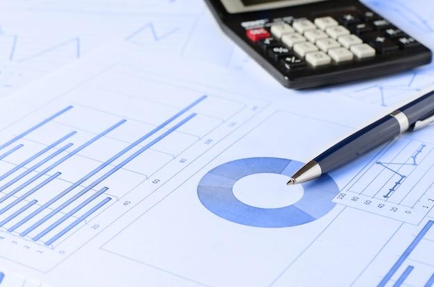 Geschäftsanalysen, grafiken und diagramme. eine schematische zeichnung auf papier. arbeitsplatz des managers