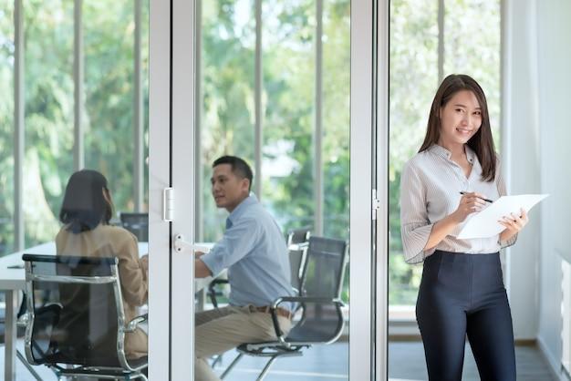 Geschäftsangestellte genießen und freuen sich, mit positiver einstellung im büro des unternehmens zu arbeiten.