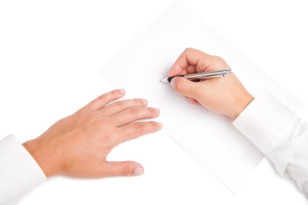 Geschäftsangestellter, der den vertrag unterschreibt, um ein geschäft abzuschließen