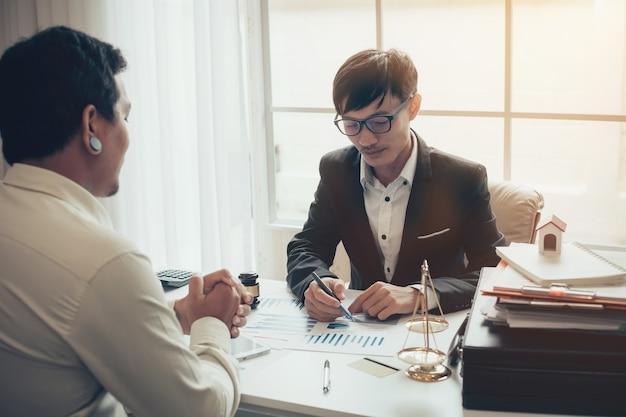Geschäftsanwalt, der über gesetzliche gesetzgebung im gerichtssaal arbeitet, um ihrem kunden zu helfen.