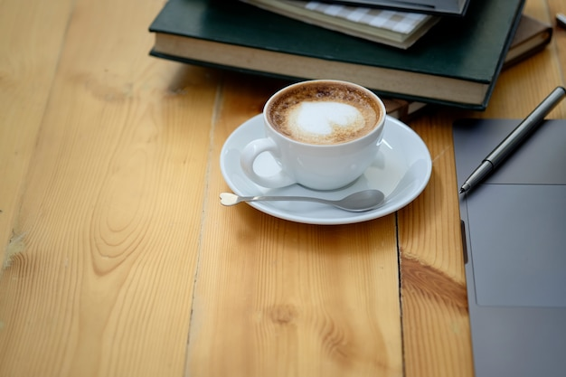 Geschäftsarbeitsplatz, hölzerne schreibtischkaffeetasse des büros und bürozubehör mit kopienraum.