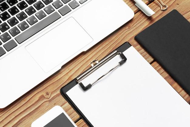 Geschäftsarbeitsplatz mit ausrüstung auf hölzernem schreibtisch, draufsicht