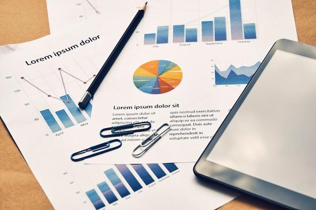 Geschäftsarbeitsplatz mit dummydokumenten der finanzstatistik berichten mit diagramm. unternehmenskonzept.